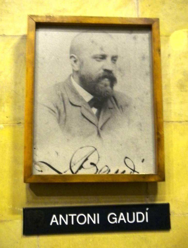 Foto de Antoni Gaudí dentro da exposição dentro do templo